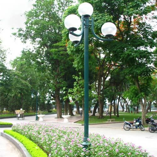 Retro Aluminum Four Globe Street Lighting With Polished Base