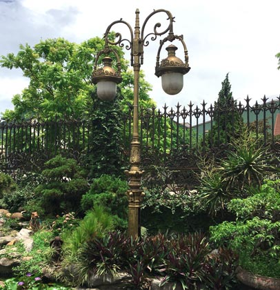 Lamp post made by Vietnam Cast Iron