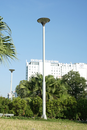 Contemporary lamp post with simple pole