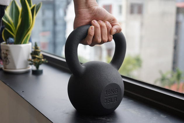 casting kettlebell by green sand